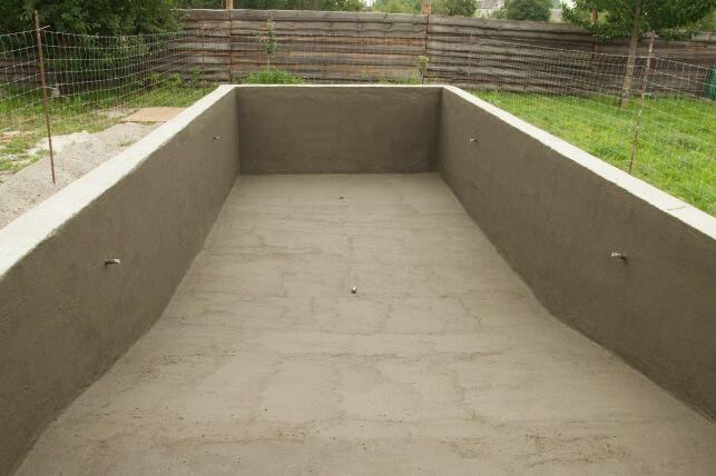 Peut-on confier la construction d'une piscine à un maçon ?