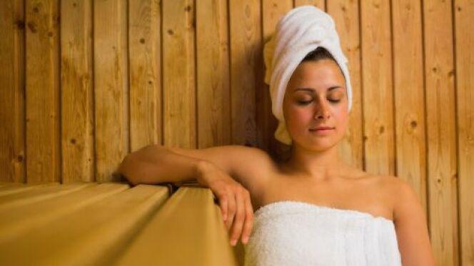 """Le sauna ne permet pas de maigrir mais il peut contribuer à un meilleur bien-être pendant une perte de poids.<span class=""""normal italic petit"""">© Wavebreakmedia Ltd - Thinkstock</span>"""