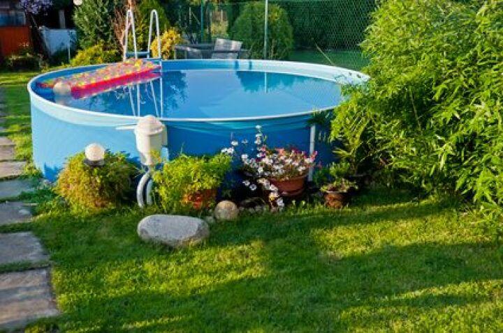 piscine hors sol sur pelouse