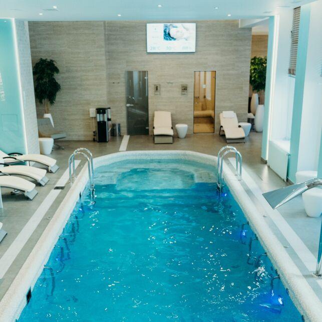 Le spa de nage est plus grand et profond qu'un spa classique