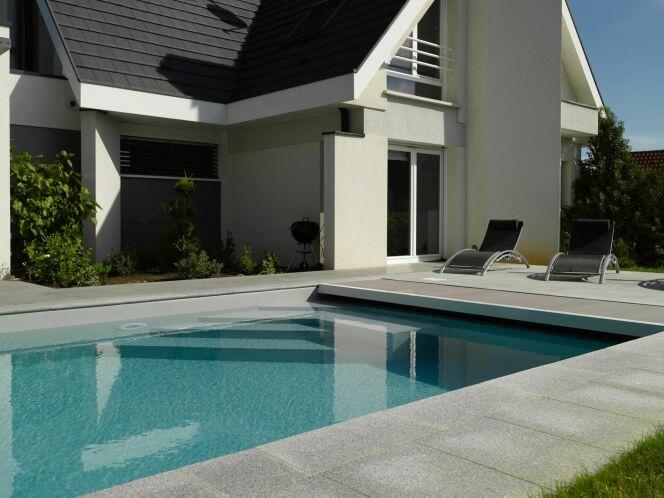 Escaliers de piscine et plages immerg es piscine avec for Piscine miroir carre bleu