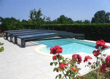 """Abris de piscine télescopique<span class=""""normal italic petit"""">DR</span>"""