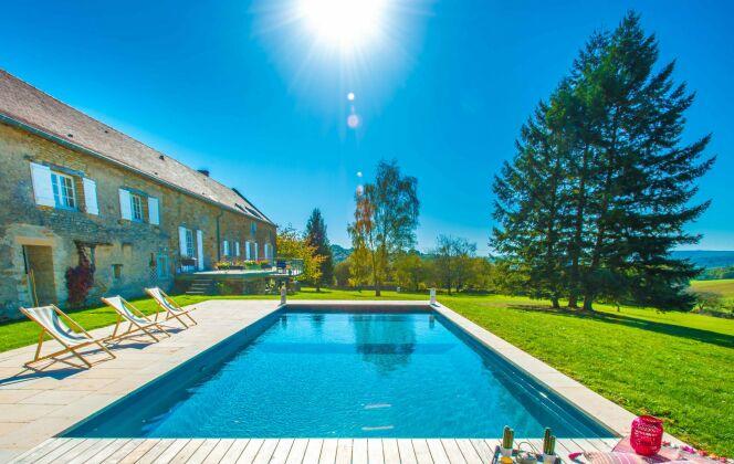 Photo de piscine enterrée en béton © Aquilus Piscines et Spas