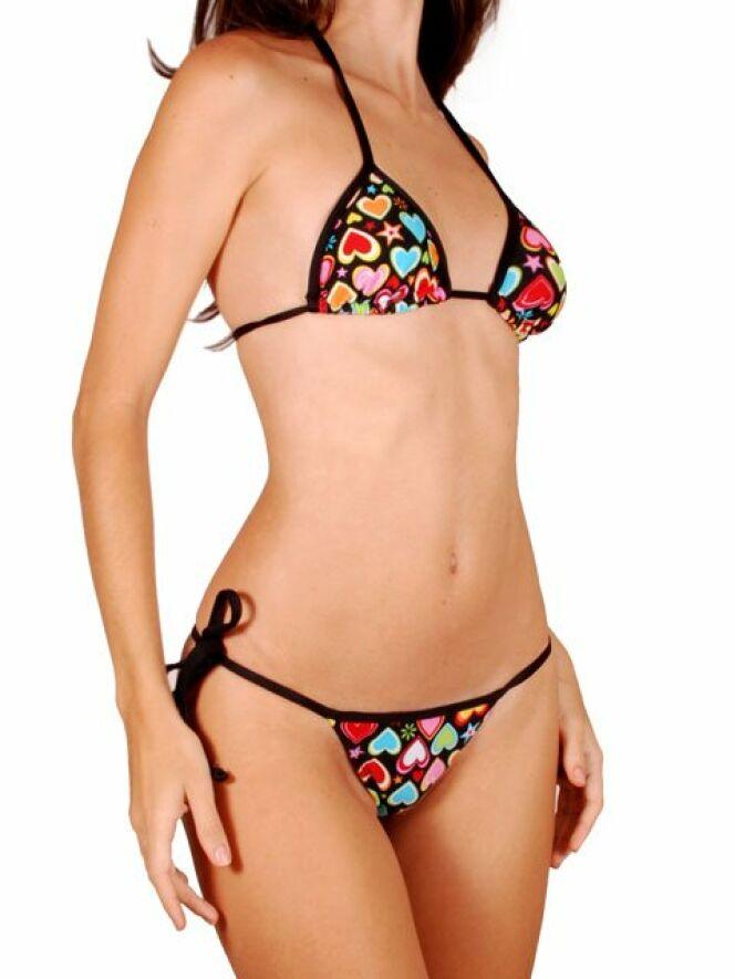 Branché et chic, ce bikini string se présente en motif à coeurs multi-colores, sur un fond noir avec bordure noire. Ce maillot de bain à deux pièces inclu un haut triangulaire et un bas en coupe string. Le haut et bas de ce bikini ont des attaches ajustables au dos, autour du cou et aux cotés, pour que le maillot puisse épouser votre forme. Le maillot de bain est fait de fibre LYCRA® Xtra Life.© RiodeSol