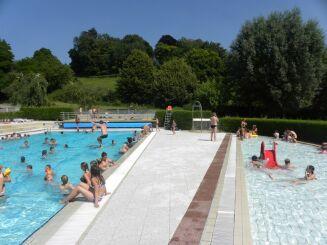 Vue sur les différents bassins de la piscine à Bellême