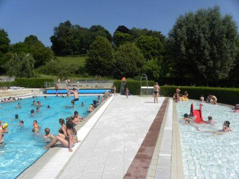 """Vue sur les différents bassins de la piscine à Bellême<span class=""""normal italic petit"""">DR</span>"""