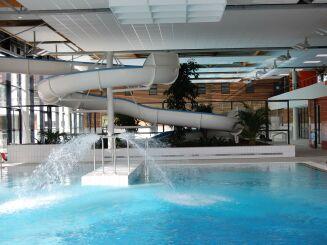 La piscine de la Conterie avec son toboggan à virage, et ses jets d'eau.