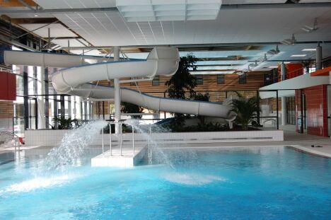 """La piscine de la Conterie avec son toboggan à virage, et ses jets d'eau.<span class=""""normal italic"""">DR</span>"""