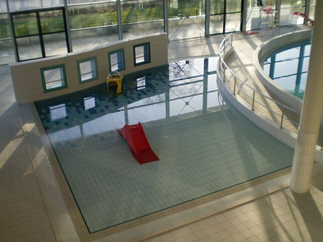La piscine à Chartres de Bretagne est adaptée pour accueillir des enfants