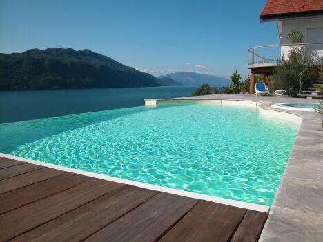 """Piscine à débordement avec spa et vue sur lac<span class=""""normal italic petit"""">© L'Esprit Piscine</span>"""