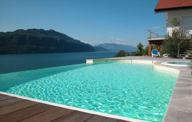 Piscine à débordement avec spa et vue sur lac © L'Esprit Piscine