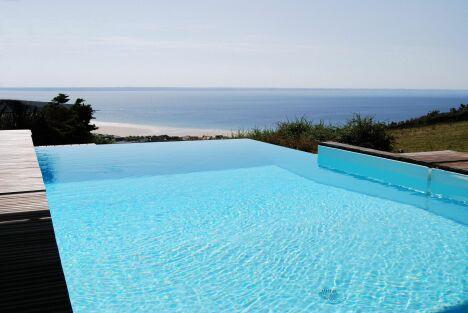"""Piscine à débordement avec vue sublime sur la mer<span class=""""normal italic petit"""">© L'Esprit piscine</span>"""