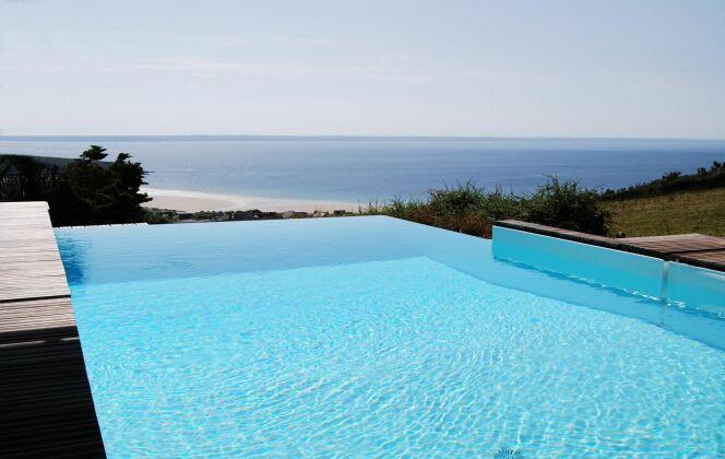 Piscine à débordement avec vue sublime sur la mer © L'Esprit piscine