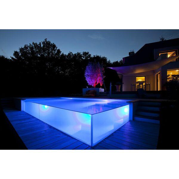 piscine d bordement avec parois de verre carr bleu. Black Bedroom Furniture Sets. Home Design Ideas