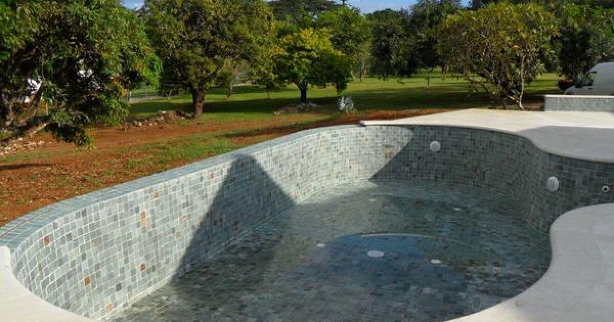 les plus belles piscines avec du carrelage piscine d bordement carrel e photo 10. Black Bedroom Furniture Sets. Home Design Ideas