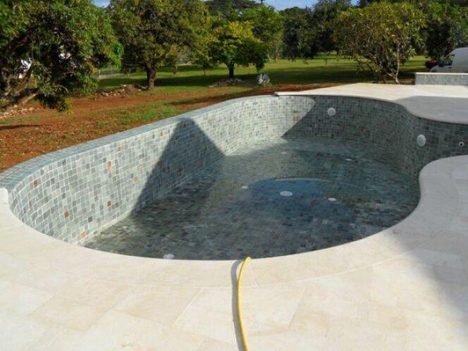 Les plus belles piscines avec du carrelage piscine d bordement carrel e - Nettoyer liner piscine vert ...