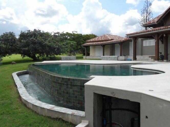 Reportage photos piscines amande diaporama piscine d bordement en guadeloupe for Plan de piscine a debordement