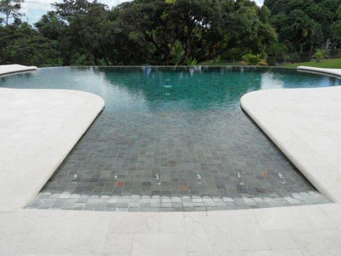 Les plus belles piscines avec du carrelage piscines for Piscine miroir avec plage