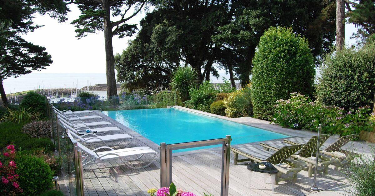 Piscines d bordement avec vue d gag e sur mer ou for Taille standard piscine rectangulaire