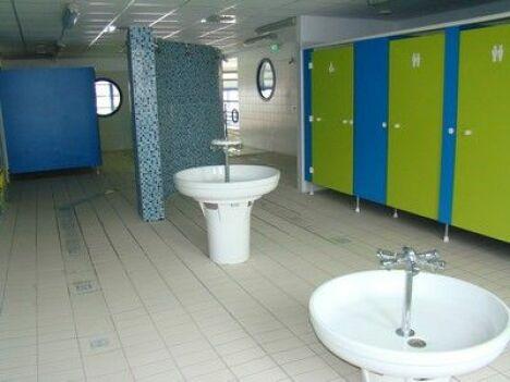 """Les sanitaires de la piscine à Escaudain<span class=""""normal italic petit"""">DR</span>"""