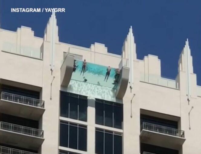 """Piscine à fond transparent au dessus du vide à Houston, Texas<span class=""""normal italic petit"""">© Yaygrr (Instagram)</span>"""