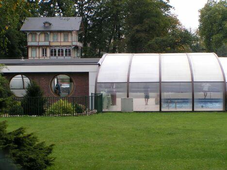 Le bassin couvert de la piscine à Forges Les eaux
