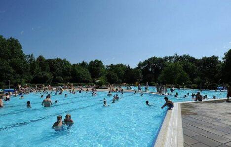 """Bassin extérieur de la piscine à Heitersheim<span class=""""normal italic petit"""">DR</span>"""