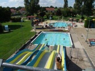 Le toboggan aquatique à la piscine à Noidans le Ferroux
