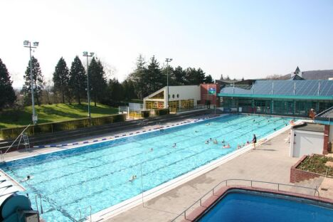"""La piscine de plein air à Gravenchon<span class=""""normal italic petit"""">© Communauté de communes Caux vallée de Seine</span>"""