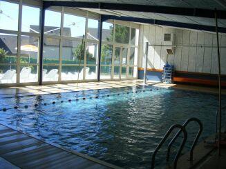 Le bassin couvert de la piscine à Patay