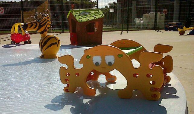 Les jeux aquatiques dans la pataugeoire font le bonheur des enfants