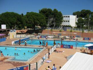La piscine à Pezenas est équipée de plusieurs bassins