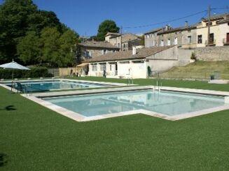 La plage de la piscine à Uzes a été réaménagée.
