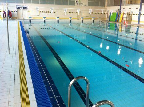 """Le bassin sportif de la piscine à Velizy Villacoublay<span class=""""normal italic petit"""">DR</span>"""