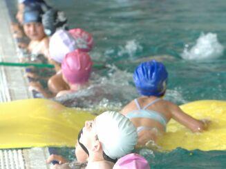La piscine Nakache accueille régulièrement des écoliers.