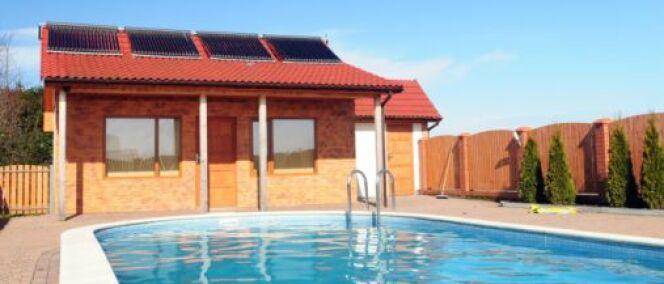 L'eau de la piscine peut être chauffée par des panneaux solaires.