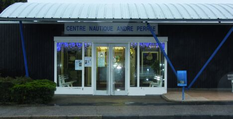 "La façade de la piscine André Perrée à Bernay<span class=""normal italic"">DR</span>"