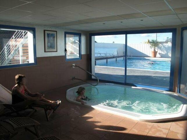 Le jacuzzi à la piscine Aqua-forme
