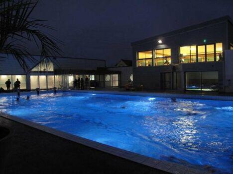 """Piscine Aqua-forme : le bassin extérieur en nocturne<span class=""""normal italic"""">DR</span>"""