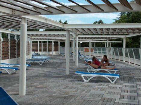 """Le solarium de la piscine Aqualude permet de profiter du soleil.<span class=""""normal italic"""">DR</span>"""