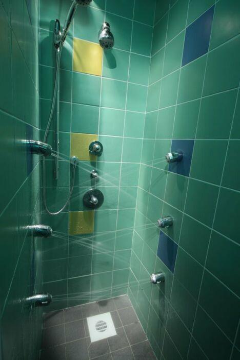 """Les douches à jets du centre aquatique de Quimperlé<span class=""""normal italic petit"""">DR</span>"""