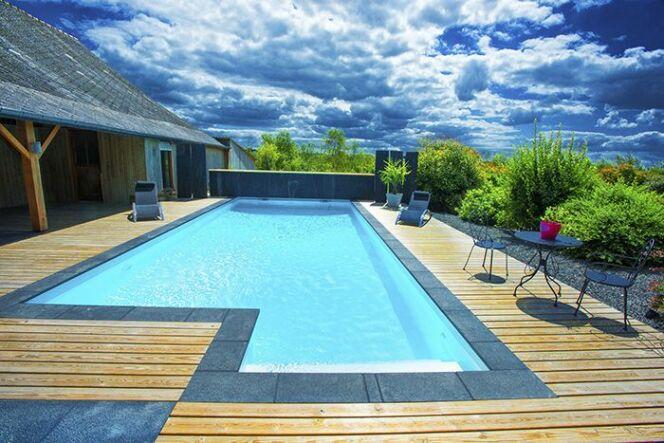 Une piscine aquilus avec de l 39 ardoise - Margelle noire pour piscine ...