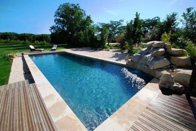 La piscine aspect bois est plus facile à entretenir qu'une piscine en bois classique.