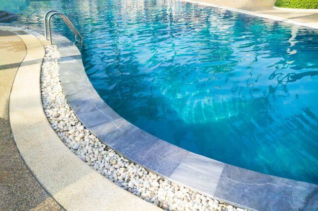 Piscine aspect pierre : une piscine à l'apparence authentique et chaleureuse