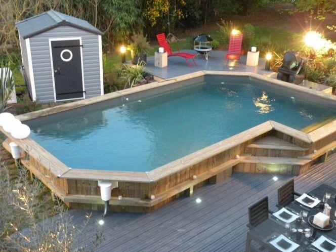 """Une piscine autoclave est une piscine en bois traitée contre le pourrissement et les moisissures.<span class=""""normal italic petit"""">© Bluewood</span>"""