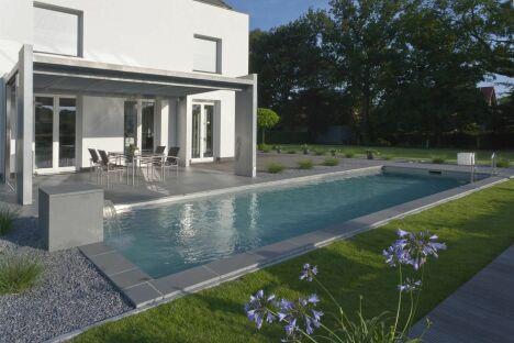 """Piscine avec lame d'eau BIOTOP - Baignade écologique<span class=""""normal italic petit"""">© Living-Pool de BIOTOP - www.baignade-ecologique.com</span>"""