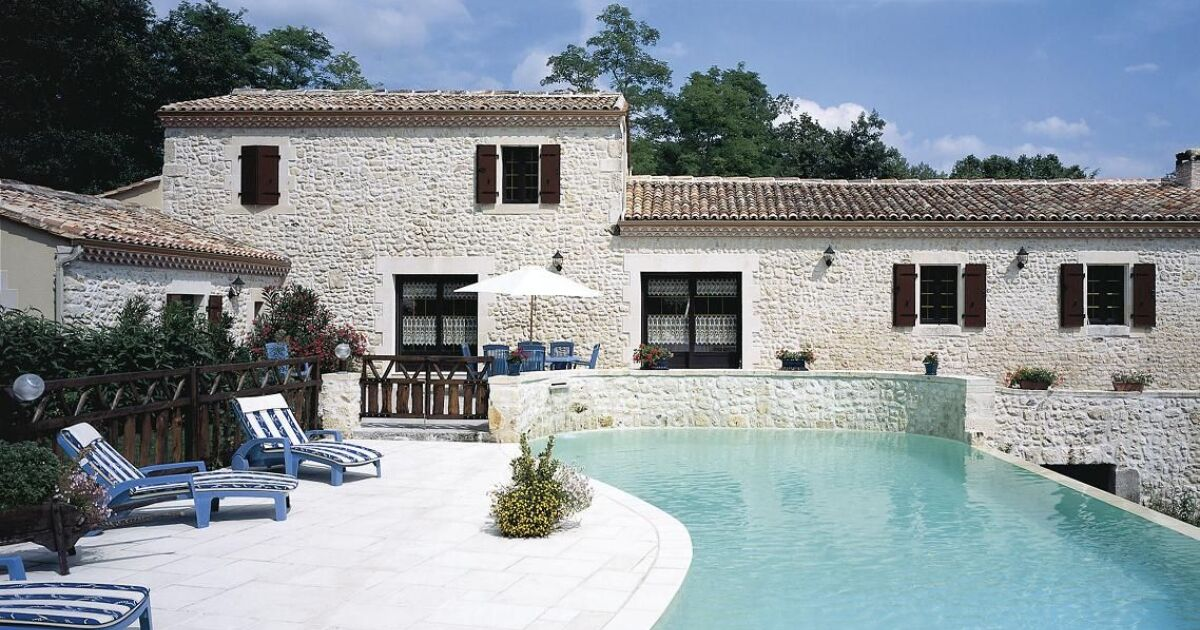 piscine forme libre avec plage immerg e en pierre carr bleu. Black Bedroom Furniture Sets. Home Design Ideas