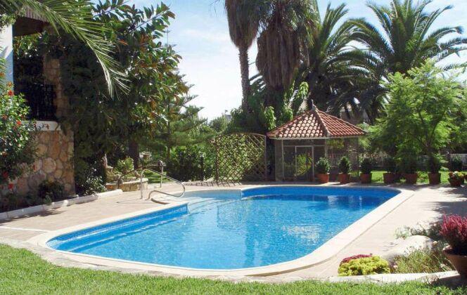 """Piscine """"Barbara"""" Waterair, avec palmiers et végétation © Waterair"""