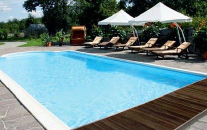 piscine béton terrasse bois oceania pelouse  © oceania