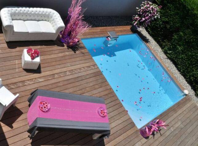 """Piscine carrée """"Bo"""" par Piscinelle avec terrasse en bois aménagée"""
